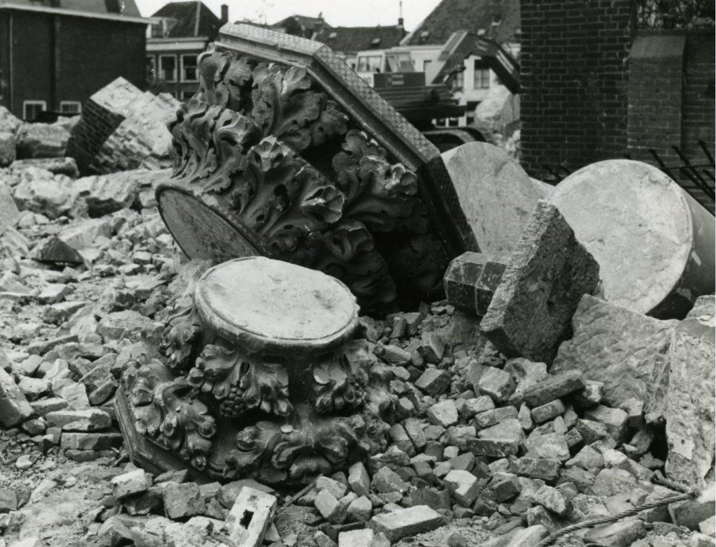 Sloop van de Hippolytuskerk, kapitelen tussen het bouwafval, 12 mei 1974, foto Jan van der Heijden (TMS 110567)
