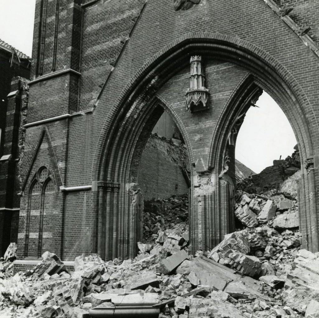 Sloop van de Hippolytuskerk, voorportaal zonder deuren en ramen, 12 mei 1974, foto Jan van der Heijden (TMS 110577)