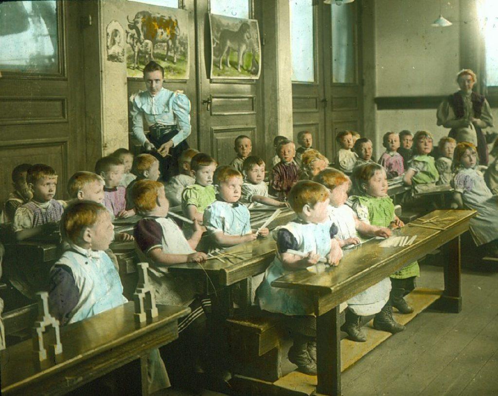 Zo braaf als bij de bewaarschool in De Gemeenschap ging het er in de naai- en breischool niet altijd aan toe, toverlantaarnplaatje na 1892 (DSMF 97-17)