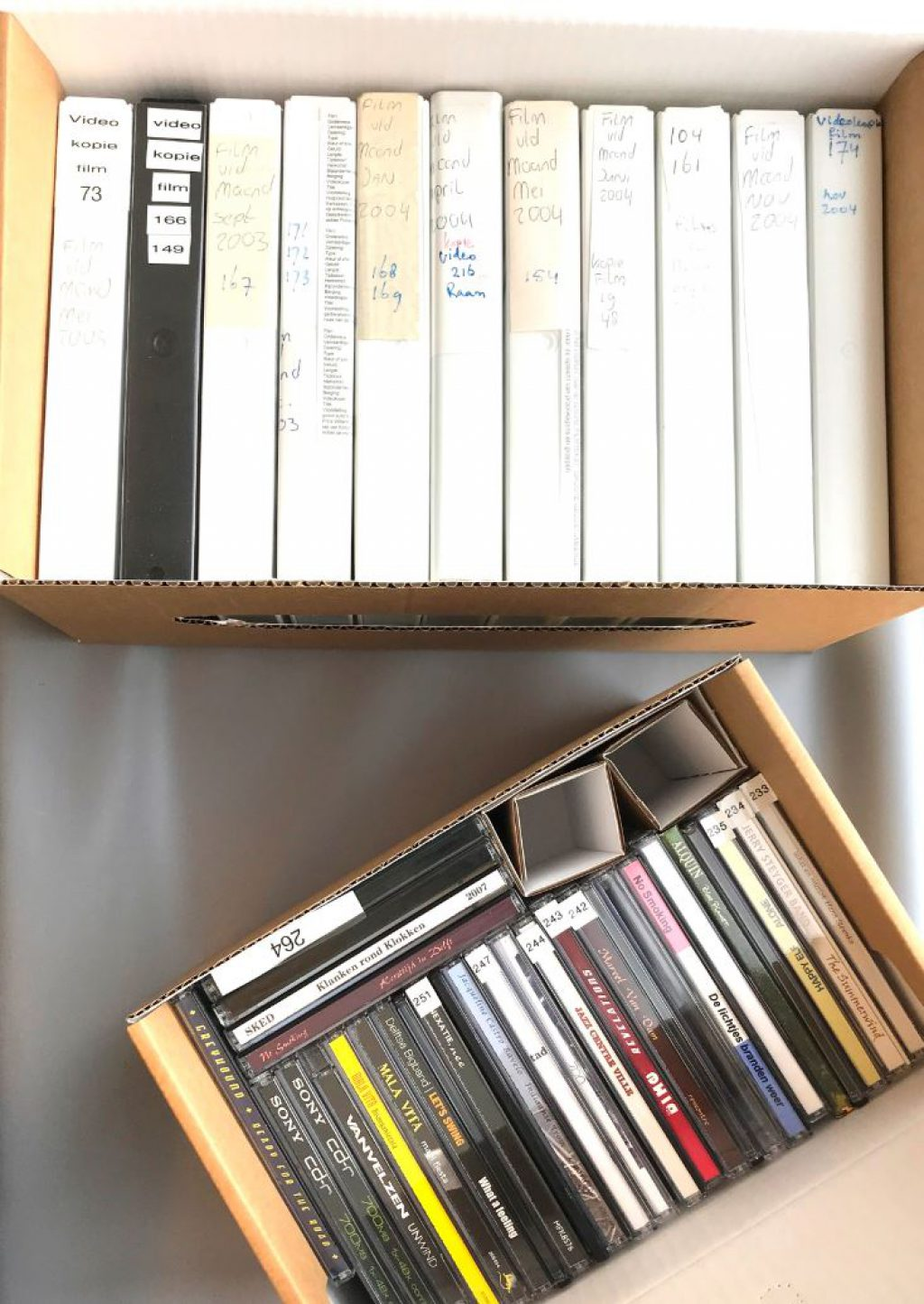 Videobanden en cassettebandjes in het depot van het Stadsarchief
