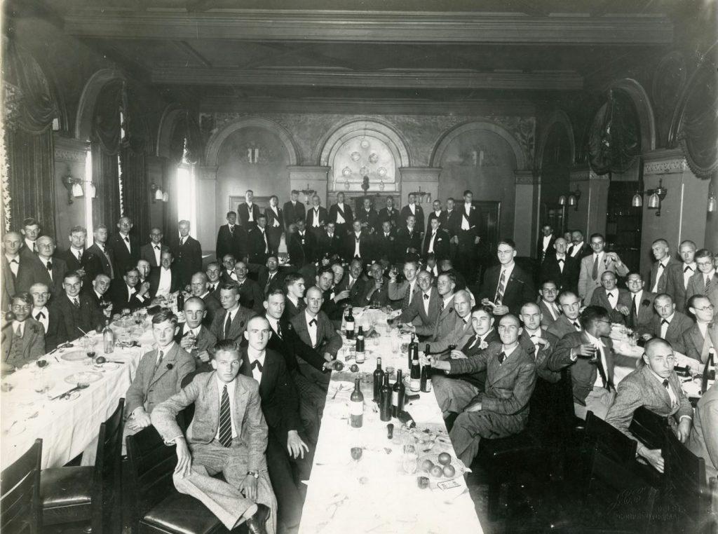 Studenten aan het diner in studentensociëteit Phoenix, 1933, foto J.C.C. Witte (TMS 258907)