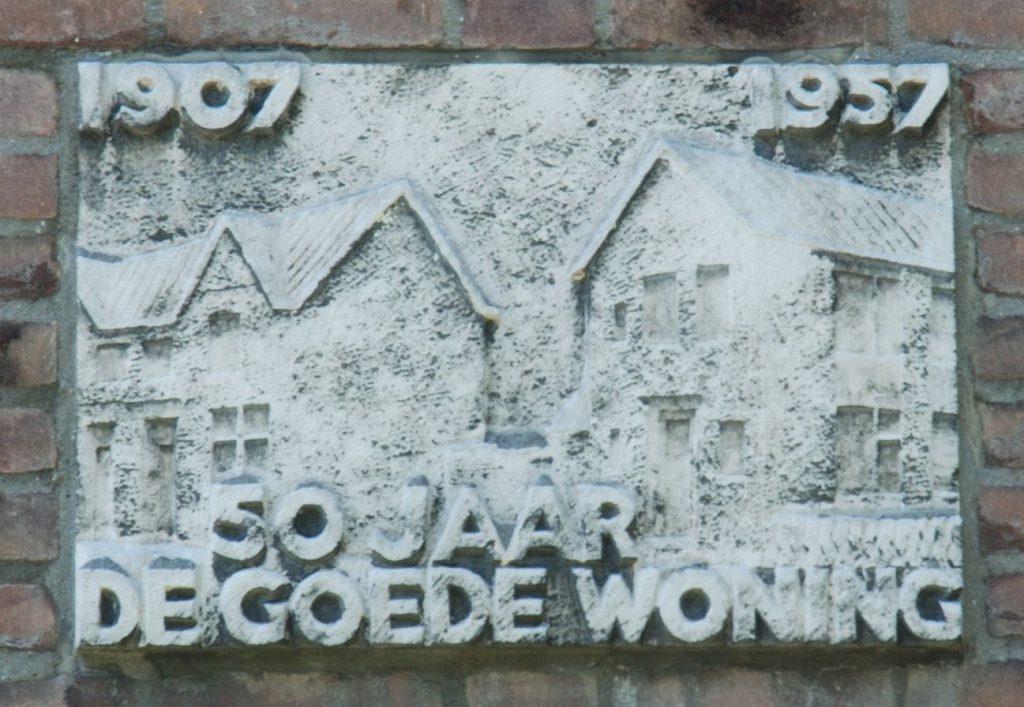 Gevelsteen voor de jubilerende woningbouwvereniging De Goede Woning op de hoek Van Miereveltlaan-Vermeerstraat, foto Kees Spiero. (TMS 86805)
