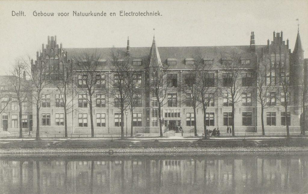 De Technische Hogeschool groeit in de jaren 1905 zichtbaar in de stad: de faculteit van toegepaste Natuurkunde en Elektrotechniek aan Kanaalweg 2, ca. 1915, foto A.J. Prins. (TMS 50337)