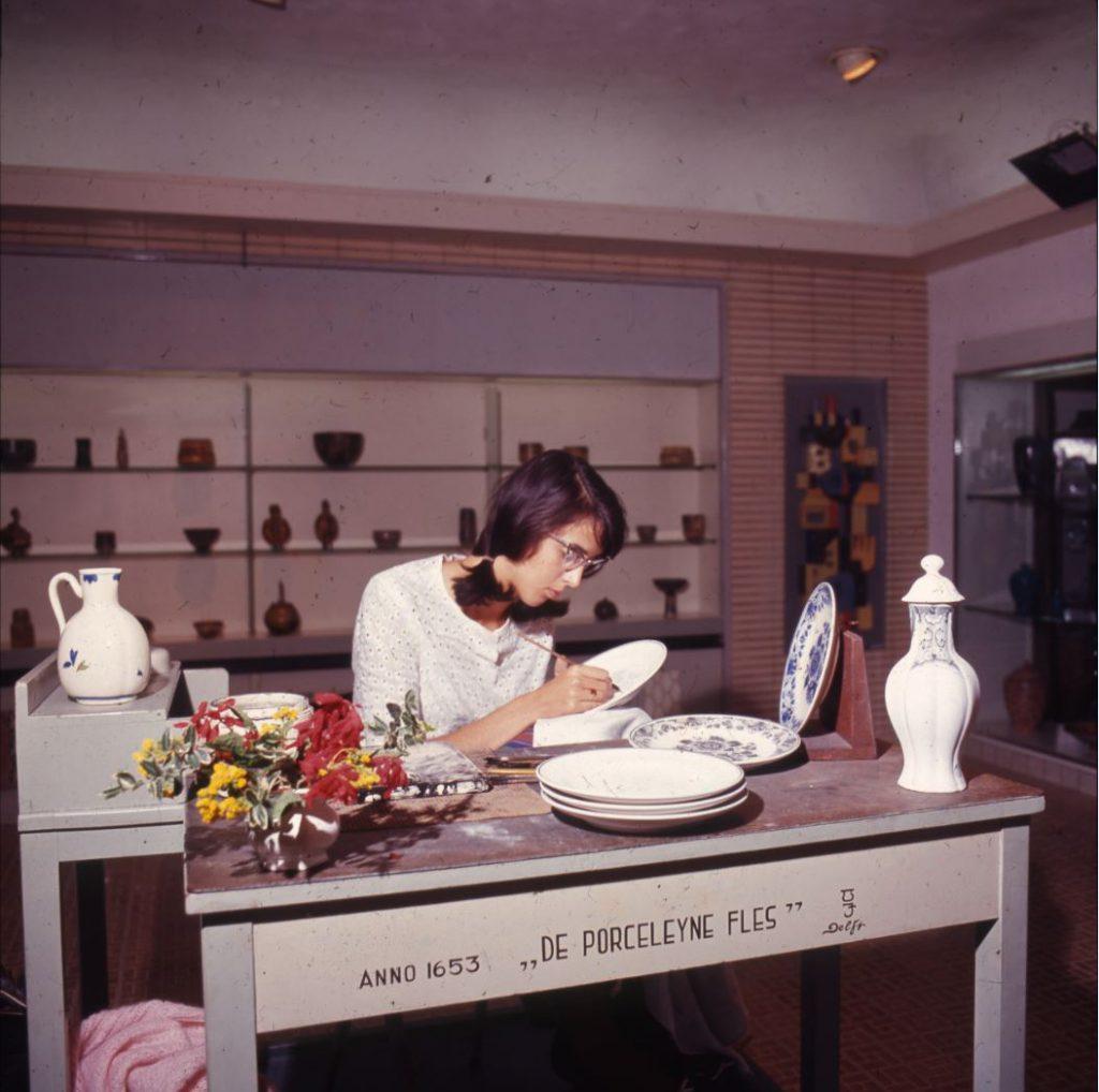 Handwerk bij De Porceleyne Fles, ca. 1955-1965, foto W.F. Van Oosten. (TMS 106565)