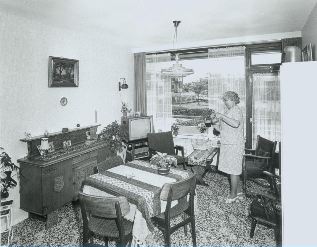 Interieur bejaardenwoning in Die Delfgaauwse Weye, z.j., foto Tiemen van der Reijken. (TMS 67854)