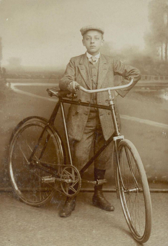 Hendrik de Jong, bediende bij de Technische Hogeschool, ca. 1910, foto J.C.C. Witte. (TMS 80220)