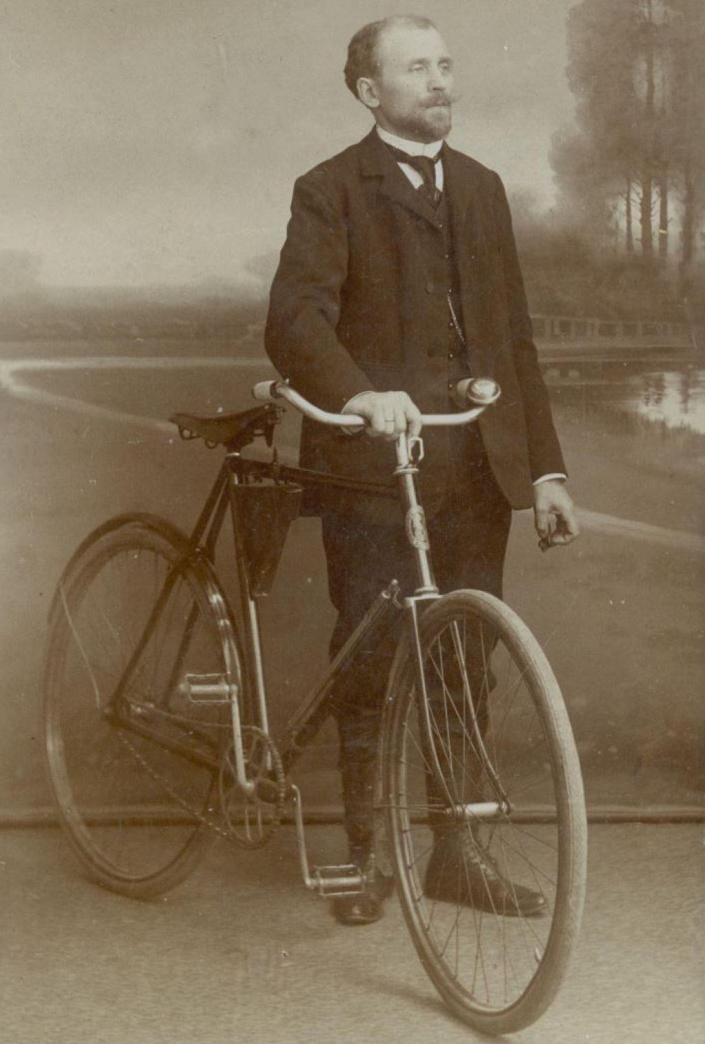Onbekende man met fiets, ca. 1905, foto J.C.C. Witte. (TMS 83017)
