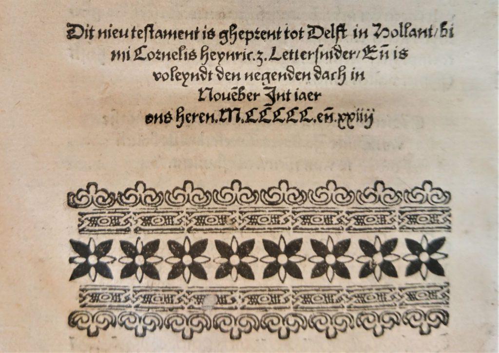 Colofon op de laatste bladzijde van het Nieuwe Testament, gedrukt door Cornelis Hendriksz Lettersnider in 1524. (Bibliotheek)