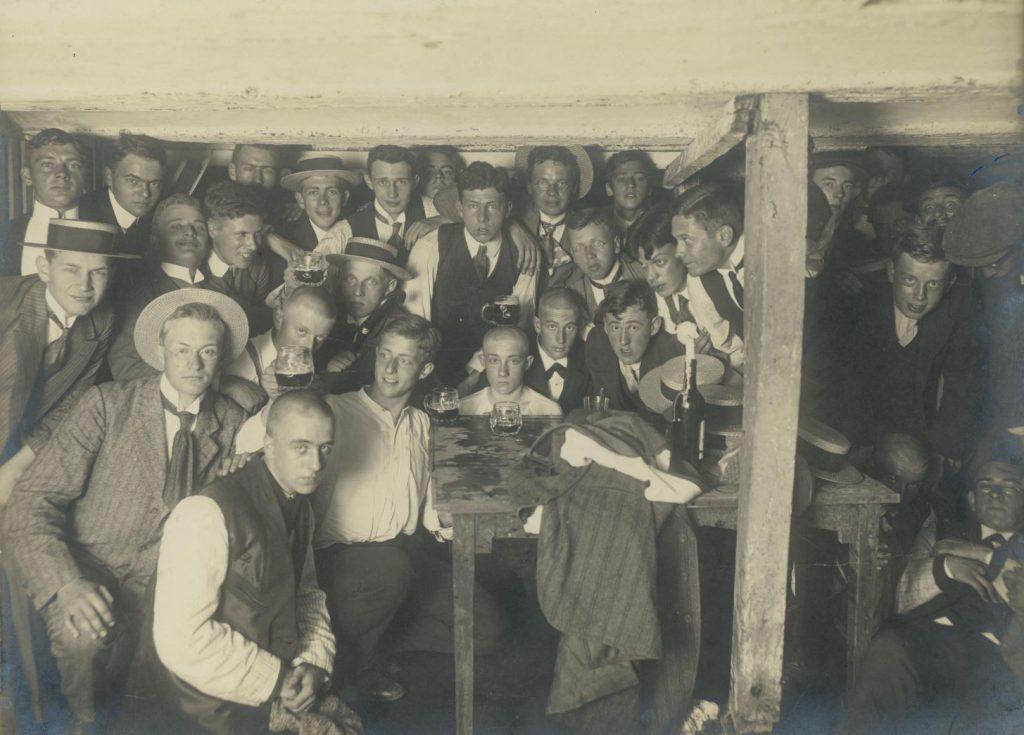 Ontgroening bij het Delftsch Studentencorps, ca. 1910, foto J.C.C. Witte. De nuldejaars zijn te herkennen aan hun kaalgeschoren hoofden, een traditie die eind jaren zestig verdwijnt. (TMS 88108)