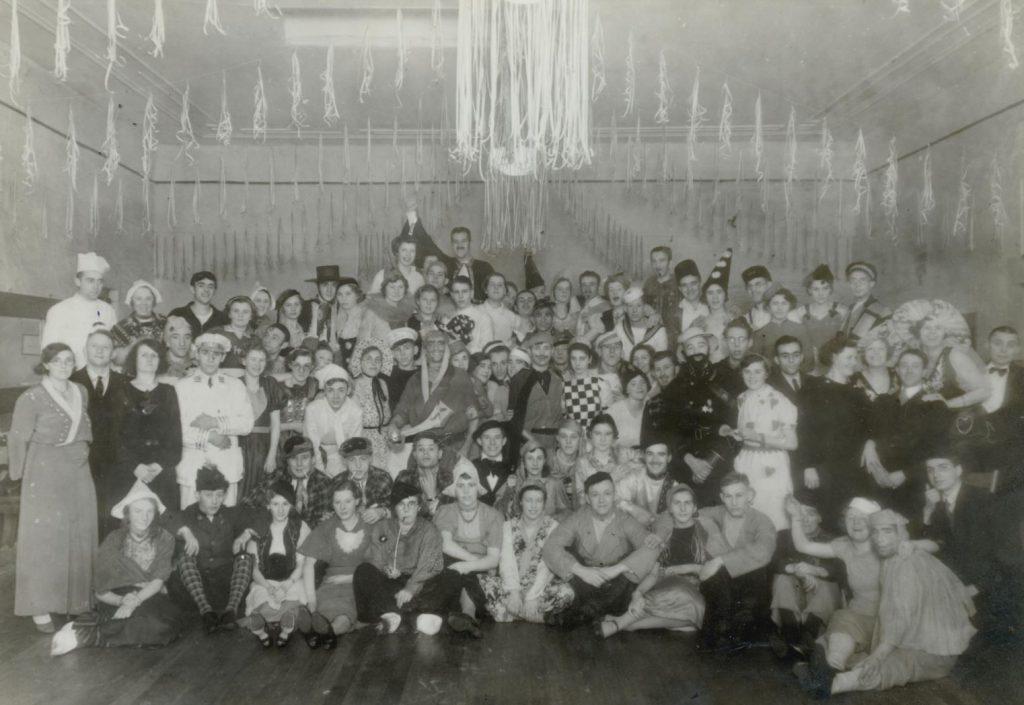 Deelnemers aan een bal masqué in Dansinstituut F. Tabbernal aan de Brabantse Turfmarkt t.g.v. het vijftigjarig bestaan van de dansschool, 1937, foto Tiemen van der Reijken. (TMS 84892)