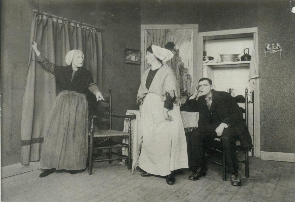 Toneelvoorstelling 'Op hoop van zegen' door toneelvereniging Multatuli, z.d., foto Tiemen van der Reijken. (TMS 96856)