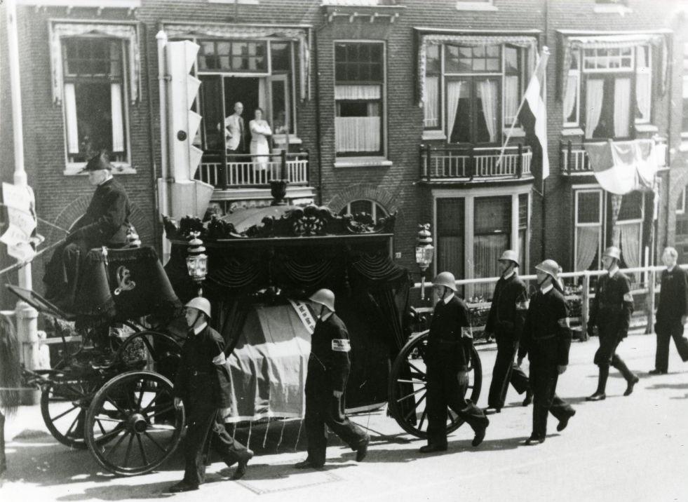 Begrafenisstoet voor Pieter Hoekveen op de zuidelijke oprit van de Koepoortbrug, foto Van der Reijken